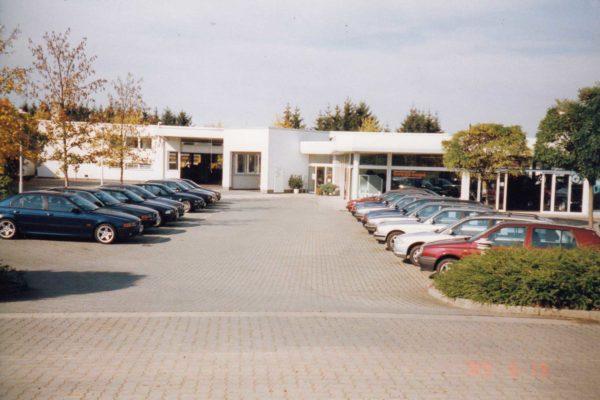 1990-Teilansicht-Gebrauchtwageplatz